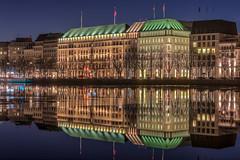 Hotel Vier Jahreszeiten Hamburg (Sascha Neuroth) Tags: alster architektur binnenalster hdr hamburg hotelvierjahreszeiten nacht reflexion saschaneuroth spiegelung wasser cityscape nikonafsnikkor85mm118g nikond610