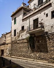 In El Albacin, Granada (Tigra K) Tags: granada andalucía spain es 2015 architecture balcony city fence grass lattice plant road ruin wall