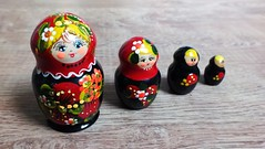 (Kiduki N'a qu'un oeil) Tags: poupées russes matriochka gigogne figurines russie peinture couleurs матрёшка россия famille mère dolls russian taille différente grandir