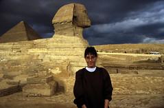 Ägypten 1999 (637) Kairo: Große Sphinx, Gizeh (Rüdiger Stehn) Tags: archäologie archäologischefundstätte sphinx grosesphinxvongizeh giseh gise giza aldschīza alǧīza ilgīza afrika ägypten egypt nordafrika nordägypten bauwerk sakralbau historischesbauwerk urlaub dia minoltasrt100x analogfilm scan slide diapositivfilm analog kleinbild kbfilm 35mm canoscan8800f unescowelterbe unescoweltkulturerbe nekropole altägypten ancientegypt misr unterägypten addiltā welterbe weltkulturerbe ägyptologie reise reisefoto winter menschen 1990er 1990s 1999 rainyweatheringiza