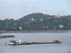"Sagaing et sa colline remplie de pagodes dorées <a style=""margin-left:10px; font-size:0.8em;"" href=""http://www.flickr.com/photos/127723101@N04/22916322170/"" target=""_blank"">@flickr</a>"