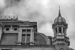 X X X X (roberke) Tags: building gebouw detail architecture architectuur lucht sky cloud wolken rooftop dak windows vensters ramen station antwerp antwerpen belgium belgie zwartwit monochroom monochrome blackwhite blackandwhite bw