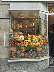 2015-12-31 14 38 29 (Pepe Fernández) Tags: iphone iphoneografía móvil escaparate color fruta frutería