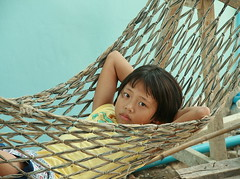 girl in a hammock (the foreign photographer - ฝรั่งถ่) Tags: girl portraits canon thailand kiss child bangkok hammock khlong bangkhen thanon 400d