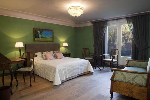 yksilölliset hotellihuoneet Hirvihaaran Kartanossa