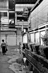 BKK street (ana_ba (before _anab_)) Tags: street calle streephoto travel trip viaje viajar fotoreportaje mirror espejo mujer woman asia asian asiatic city ciudad bkk bangkok thai thailand tailandia light shadow luz sombra contraste contrast blur bokeh bw bn nb black white blanco y negro noir et blanch monochrome monocromo minimal houses building perspective poor alone lonely calm calma soledad walk people film carrete 35mm analog analogic analogico pelicula yashica grain grano oldie