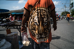 * (Sakulchai Sikitikul) Tags: street snap streetphotography songkhla sony a7s voigtlander thailand tshirt tiger hatyai 28mm market