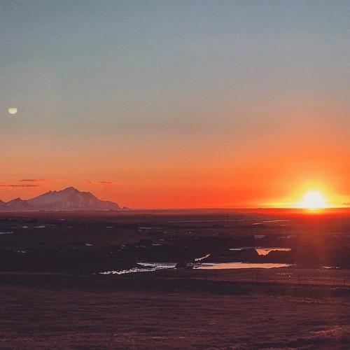 #sunrise #helloworld #iceland #intothewild #lovenatute #lovelife #discoverthebeautyofnature #livinglifetofullest #nature #travelingtheworld #makanart #filmmaker #ontheroad