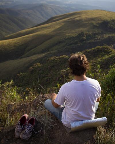 Caminhar, observar, parar e poder tirar os sapatos para curtir o momento. Tão simples e tão difícil as vezes de fazer esses momentos acontecerem. Viva nossas montanhas! Viva Minas Gerais!