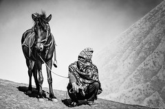 waiting (Jan Jungerius) Tags: indonesia indonesien indonesië java bromo volcano vulkan vulkaan mann man pferd horse zwartwit schwarzweis blackwhite noiretblanc nikond7000 paard neroametà