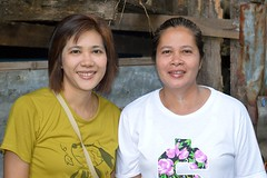 mother and daughter (the foreign photographer - ฝรั่งถ่) Tags: jun72015nikon mother daughter adults two women khlong lat phrao portraits bangkhen bangkok thailand nikon