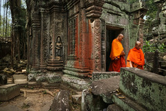Silence is full of Answers (preze) Tags: taprohm angkor siemreapprovince kambodscha cambodia südostasien mönch monk baum tree wurzeln root templeruin tempelruine tombraidertemple laterit sandstein relief buddhismus buddhism