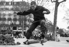 Posé. (Adrien GOGOIS) Tags: paris carl zeiss contax cy planar 50mm f14 skate skateboard ride riding vol flight fly noir et blanc black white sony alpha a6000 vintage old classic manual lens