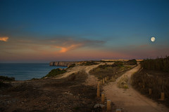 Path to the moon (Tati@) Tags: sagres faro sunset moonrise tramonto nuvole luna