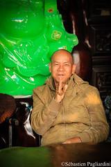 Stonecutter - Viet Nam (Sébastien Pagliardini) Tags: tailleur pierre jade asie du sud est viet namsourire old vieux monsieur homme priere