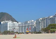 PRAIA DE COPACABANA (isaque_almeida...........registrando momentos) Tags: rio de janeiro copacabana praia areia palace hotel sol mar orla mulher bandeiras azul ceu