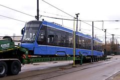 Dreiteiler 2751 auf dem Tieflader (Frederik Buchleitner) Tags: 2751 anlieferung avenio betriebshof betriebshof2 mvg munich münchen schwertransport siemens strasenbahn streetcar twagen t3 tram trambahn