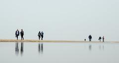 Strandwandelaars (Harmen de Vries) Tags: egmondaanzee noordholland netherlands nl wandelen zee noordzee weerspiegelingen strand kust walking water pss:opd=1523738102 pss:opd=1523713422
