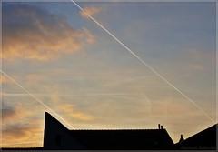 Parallelverschiebung (Christoph Bieberstein) Tags: pirna sachsen saxony bend abendhimmel deutschland germany německo flugzeugspuren kondensstreifen sky roofs dächer wolken clouds geometrie