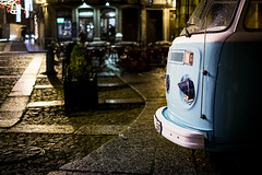 (fernando_gm) Tags: guimaraes portugal europa europe city ciudad viaje vw volkswagen california car street calle callejera colour color night lights light fujifilm fuji f14 35mm xt1
