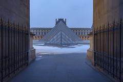 Symétrie ou dualité (pourkoiaps) Tags: 1635mmf4 d750 france hiver nikon nikonfx paris cityscape grandangle monument muséedulouvre neige paysageurbain pyramides symétrie
