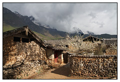 Village du Yunnan -  Yunnan Village (diaph76) Tags: chine china extérieur village maisons houses nuages clouds ciel sky pierres stone habitations murs walls yunnan arbre tree