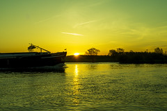 Inceptum Sunrise (metsemakers) Tags: neer maas inceptum binnenvaart boot schip water middenlimburg thenetherlands sony a58 sunrise zonsopkomst meuse sun