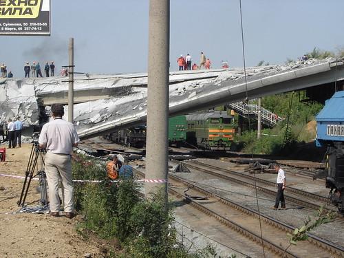 Упавший автомобильный мост через ул. Восточную и Транссиб ©  ayampolsky