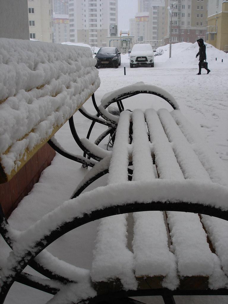 фото: Снег на скамейке