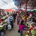 Mercados com muitas frutas e verduras
