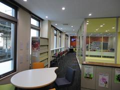 2F図書室よりラウンジを望む