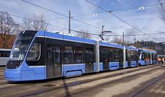 Das eindrucksvolle 48-Meter-Gespann in der Sonne (Frederik Buchleitner) Tags: 2701 2751 anlieferung avenio betriebshof betriebshof2 doppeltraktion mvg munich münchen siemens strasenbahn streetcar twagen t2 t3 tram trambahn