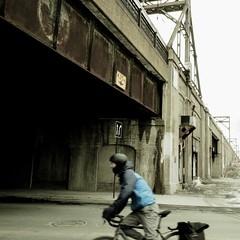 En plein élan... (woltarise) Tags: saintjacques rue montréal centreville gare trains pont banlieues cycliste couleurs