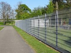 """Der Zaun. Die Zäune. Das hier ist ein Metallzaun. Durch einen Zaun wird verhindert, dass ein Grundstück unerlaubt betreten wird. • <a style=""""font-size:0.8em;"""" href=""""http://www.flickr.com/photos/42554185@N00/40637136334/"""" target=""""_blank"""">View on Flickr</a>"""