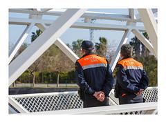 Protecció civil (Vicent Granell) Tags: granellretratscanonalgemesí 2018 color pont protecció civil mirada visió composició percepció personal gente gent carrer estreet
