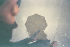 Rain candid. (35mm)   Exp. Fujicolor Super HG 100. (samuel.musungayi) Tags: film 35mm 135 24x36 argentique analog pellicule pelicula negativo negative négatif scan home candid color couleur colour fujicolor super hg 100 expired fuji photography photographie fotografia samuel musungayi light life samuelmusungayi