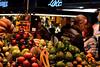 Vendedor (pcoradini) Tags: venta frutas mercado de la boquería barcelona barrio gótico gothic rambla catalunya catalá catalán españa provincia municipio ciudad comida alimento shoot fruit luz noche nikon d3100 55 200 mm