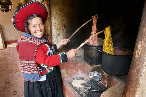 peru-sacred-valley-chinchero-weaver-dying-wool-over-stove