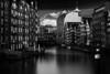Deichstraße Hamburg (Kai-Uwe Klauss) Tags: deichstrase elbphilharmonie hamburg nikolaifleet sommer black sky blacksky sw balckwhite schwarzweis holzbrücke hh toristenmagnet rödingsmarkt