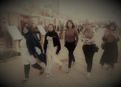 meisjes & meisjes (JoséDay) Tags: girls meisjes youngwomen street etalage langshetstrand deboulevard thehague denhaag walkingaround
