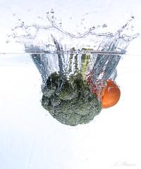 Broccoli mit Tomate. (Andreas Stamm) Tags: essen food highspeed wasser water splash broccoli tomate tomato tropfen drop droplets gemüse vegetables