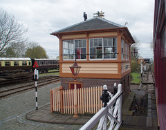 RD16377.  The Signal Box and Level Crossing at the Didcot Railway Centre. (Ron Fisher) Tags: gwr greatwesternrailway didcotrailwaycentre locomotive locomotiveàvapeur steam steamlocomotive steamengine dampflok rail railway railroad eisenbahn chemindefer museum railwaymuseum