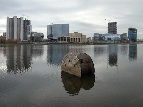 Вид на строящийся Екатеринбург-Сити с катушкой и отражением ©  ayampolsky