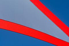 Decoration extérieur (Jan van der Wolf) Tags: 158404v red blue blauw rood redrule narbonne abstract net decoration versiering outdoordecor decorationextérieur colors