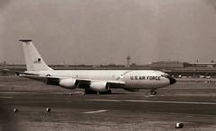 "Berlin Flughafen Tempelhof ""Tag der offenen Tür"" 27.5.1988 (rieblinga) Tags: thf tag der offenen tür 2751988 us air force kc135 tanker flughafen berlin tempelhof analog sw ilford hp5 zaun"