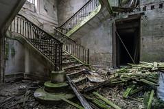 Montée. (LoquioR) Tags: château castle exploration escalier stairs urbex urbaine decay abandonné abandoned