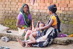Nice meeting...Bodhgaya..India (geolis06) Tags: geolis06 asia asie inde india bihar bodhgaya hindu hindou mother child motherchild mère maman mèreenfant enfant portrait olympus bébé baby