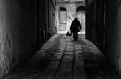 La spesa (nicolamarongiu) Tags: biancoenero spesa anziani città blackandwihte monocrome streetphotography street vecchi soli