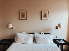 05/03/2018 (carcioneelena) Tags: paris city france trip travel work hotel ruevaneau light pastel colours bedroom interiors interiordesign design art decor bed lamp pillow painting wall details symmetry capture photography vsco