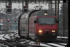 SBB Lokomotive Re 460 054 - 0 mit Taufname Dreiländereck ( Hersteller SLM Nr. 5531 - ABB - Inbetriebnahme 1993 - Elektrolokomotive Triebfahrzeug ) am Bahnhof Bern im Kanton Bern der Schweiz (chrchr_75) Tags: albumbahnenderschweiz albumbahnenderschweiz20180106schweizer bahnen bahn eisenbahn train treno zug christoph hurni chrchr75 chrchr chriguhurni chriguhurnibluemailch märz 2018 schweiz suisse switzerland svizzera suissa swiss